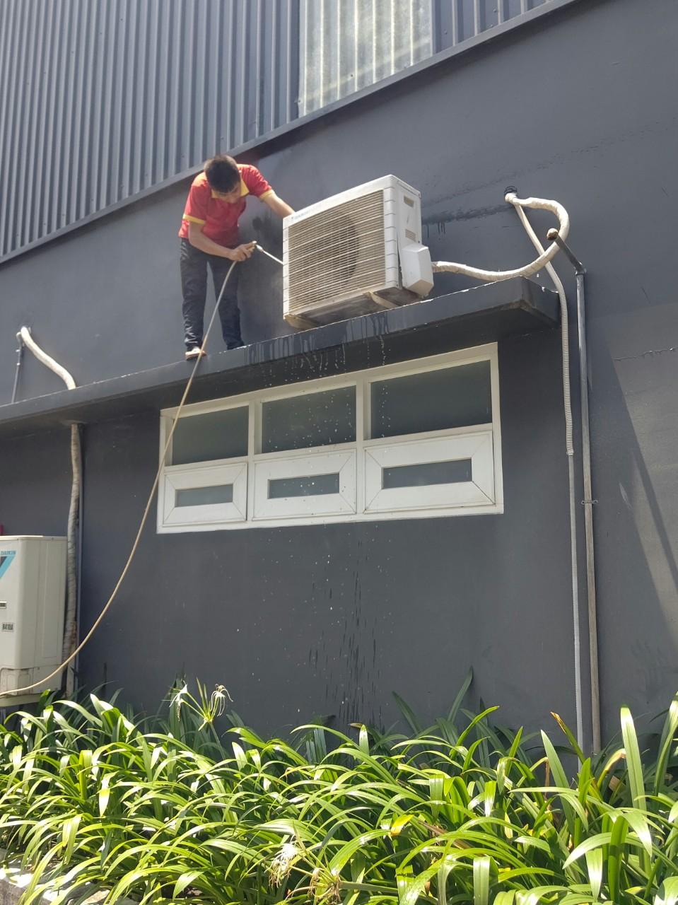 Dịch vụ vệ sinh máy lạnh âm trần 1